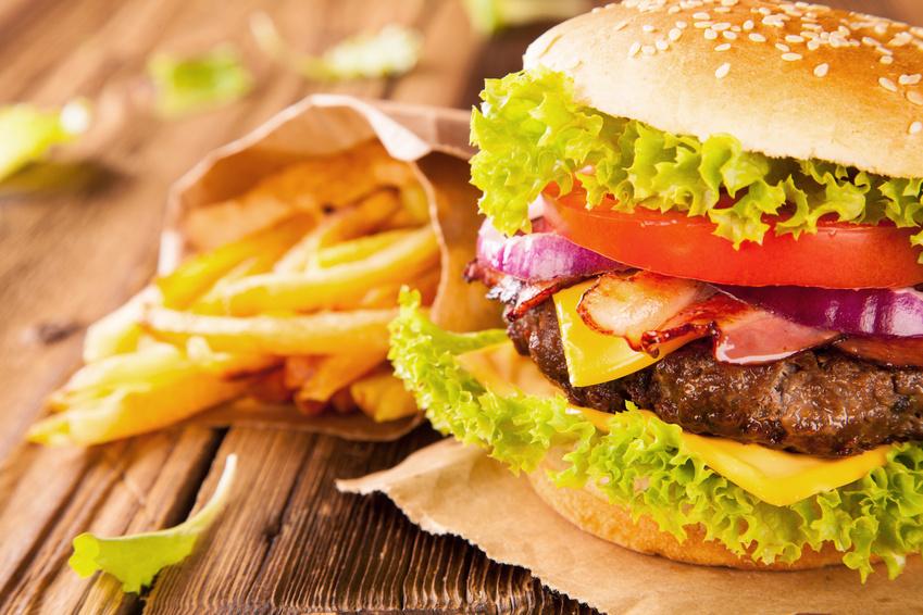 batatas fritas e hambúrguer franceses