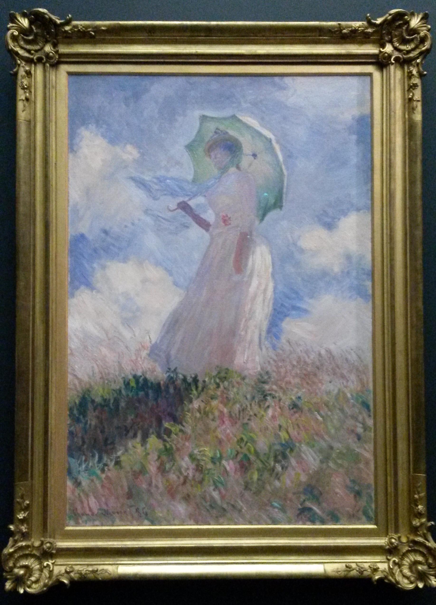 Mujer con sombrilla vuelta hacia la izquierda