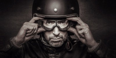 Pilote de moto casqué