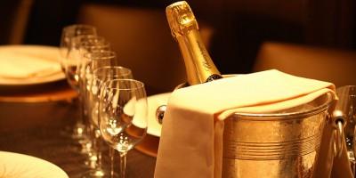 Sceau de champagne et verres