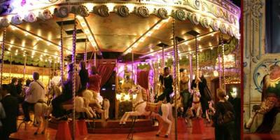 Carrousel dans le musée des Arts Forains